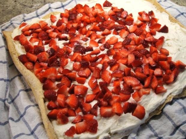Backen: Nussbiskuitrolle mit Erdbeer-Quarkfüllung - Rezept - Bild Nr. 12