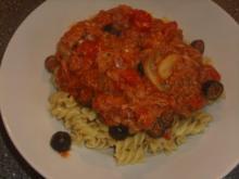 Nudeln mit Thunfisch Tomaten und schwarzen Oliven - Rezept