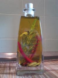 Würzöl, selbstgemacht - zum Verfeinern von Salaten und pikanten Speisen - Rezept