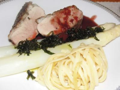 Entenbrust mit Granatapfel - Rotwein -  Reduktion, Spargel, Bärlauchbutter und Bandnnudeln - Rezept