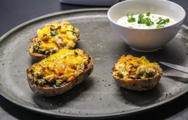 Überbackene Ofen-Kartoffeln mit Cheddar und Hähnchen - Rezept