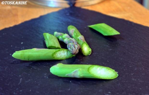 Belugalinsen-Salat mit grünem Spargel und in Öl gegartem Eigelb - Rezept - Bild Nr. 2