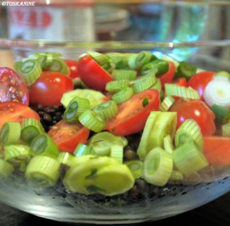 Belugalinsen-Salat mit grünem Spargel und in Öl gegartem Eigelb - Rezept - Bild Nr. 7