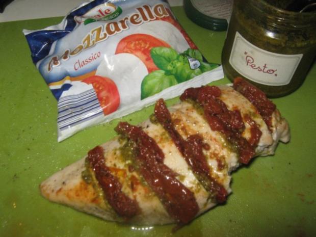 überbackenes Pesto-Tomaten-Hühnchen auf Estragon-Sauce - Rezept - Bild Nr. 2