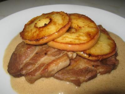 pfannengeschmorte Schweinenackensteaks mit karamellisierten Apfelringen und Calvados-Sauce - Rezept