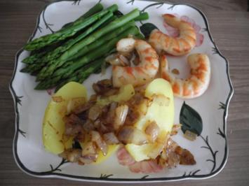 Vegan : Riesengarnelen in Zwiebeln gebraten an grünen Spargelspitzen und Kartoffeln - Rezept