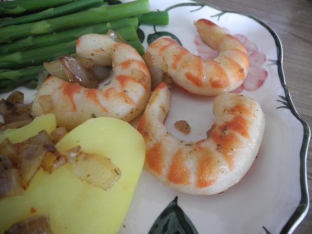 Vegan : Riesengarnelen in Zwiebeln gebraten an grünen Spargelspitzen und Kartoffeln - Rezept - Bild Nr. 2