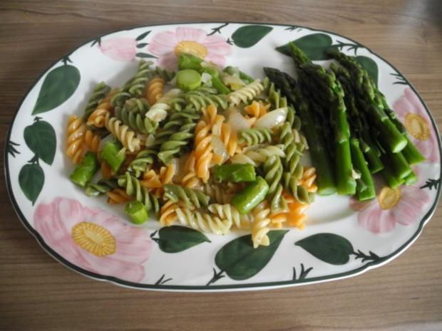 Vegan : Zwiebel - Tricolor mit gebutterten grünen Spargel - Spitzen - Rezept