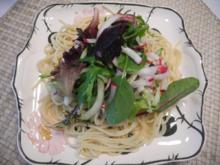 Salat : Nudel - Salat auf dem Teller angerichtet - Rezept