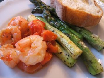 Fisch: Knoblauchgarnelen mit frischen Tomaten und Grünem Spargel - Rezept