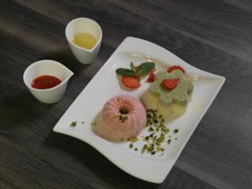 Pistazien -und Erdbeereis auf Fruchtspiegel - Rezept