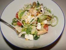 Schüssel mit gemischten Salat mit Köstlichkeiten für meine Kumpels, abends zum Song Contes - Rezept