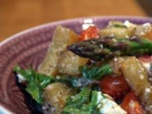 lauwarme Panzanella mit grünem Spargel, Tomaten und Schafskäse - Rezept