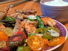 Marokkanische Hähnchen-Spargelpfanne mit Knoblauchdip und wilden Tomaten - Rezept