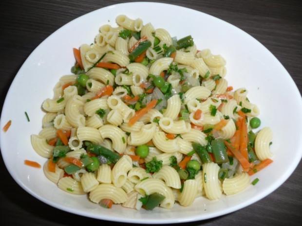 Nudelsalat zu Schwenkbraten, Salat und Baguette - Rezept