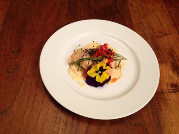"""Gambas """"südfranzösisch"""" auf Süßkartoffel-Carpaccio an Wildkräutern mit Chili und Sprossen - Rezept"""