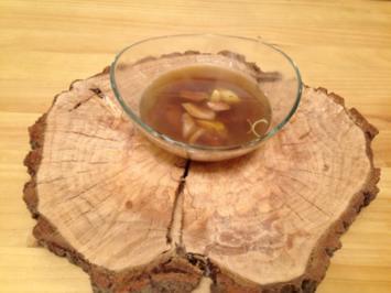 Grüner Tee vom Wildgeflügel mit gepökelter Wachtelbrust, Karotte und Lauch - Rezept