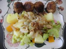 Kräuter - Tofu - Bällchen an Gemüse - Mix mit gerösteten Zwiebeln - Rezept