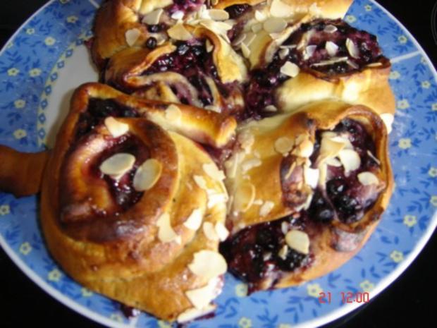 Rosenkuchen mit Waldbeeren - Rezept