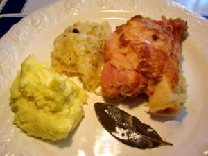 Eisbein gepökelt mit Sauerkraut und Stampfkartoffeln - Rezept