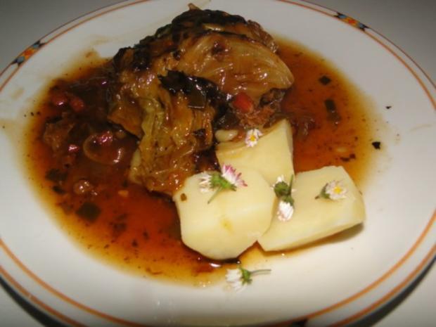 Spitzkohlrouladen mit Hack-Zwiebel-Masse mit Kapern in der Füllung mit Gewürzgurken - Rezept