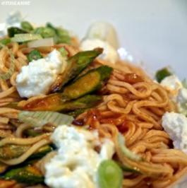 Spaghetti mit Tomatensugo, grünem Spargel und Büffelmozzarella - Rezept