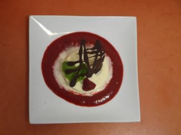 Weißes Schokoladenparfait auf Himbeerspiegel - Rezept
