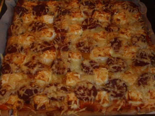 Pizza mit Sucuk und Schafskäse - Rezept
