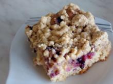 Joghurt-Gries-Kuchen mit Sommerbeeren und Streuseln - Rezept