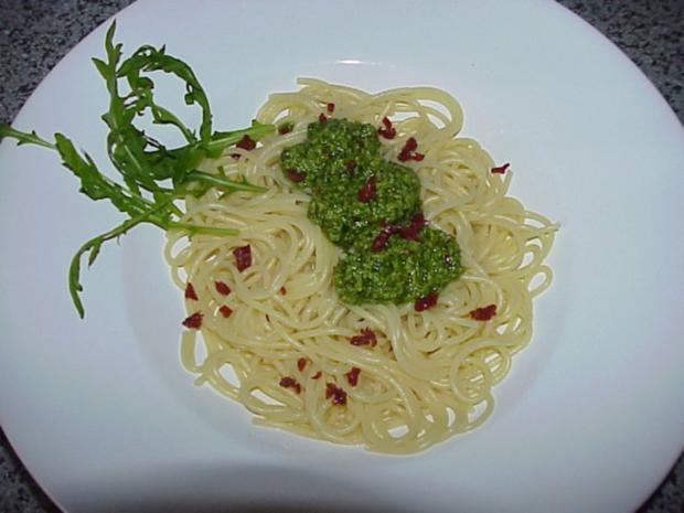 Spaghetti mit Rucola-Tomaten-Pesto - Rezept