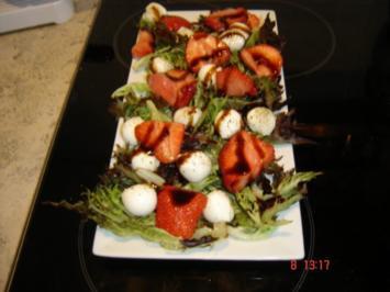 Erdbeeren und Mozzarella auf einem Salatbett - Rezept