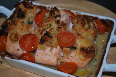 Ofenlachs mit Parmesan-Brot-Kruste auf Kartoffel-Kräuter-Gratin - Rezept