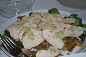 Hähnchen-Carpaccio auf Spargelsalat mit grüner Sauce - Rezept