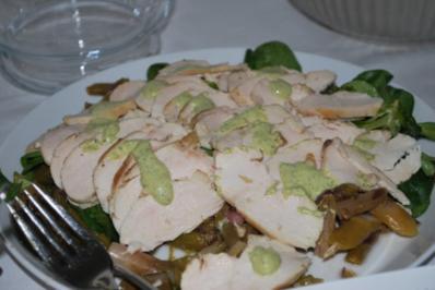 Rezept: Hähnchen-Carpaccio auf Spargelsalat mit grüner Sauce