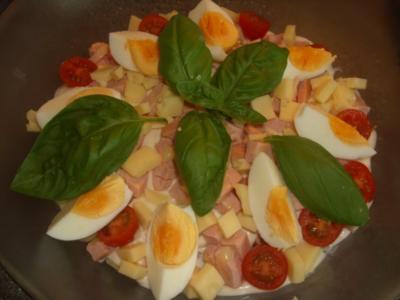 Bunter Salat mit Käse, Wurst und Ei - Rezept