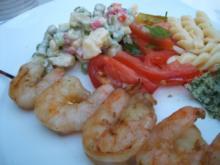 Fisch: Gegrillte Garnelenspieße mit buntem Gemüsesalat - Rezept