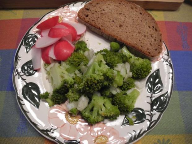 vegan abendbrot brokkolisalat mit veganem frischk se auf brot rezept. Black Bedroom Furniture Sets. Home Design Ideas