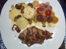 Bunter Kirschtomatensalat mit Zwiebeln und südländischer Kartoffelsalat - Rezept