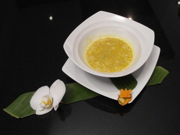 Vietnamesische Hühnchen-Kokoscurryschaumsuppe mit Süßkartoffel, Taro & Mini-Baguette - Rezept