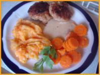 Hackfleischklopse mit Sauce, Möhren-Zucchini-Kartoffel-Stampf und Möhrenblütengemüse - Rezept