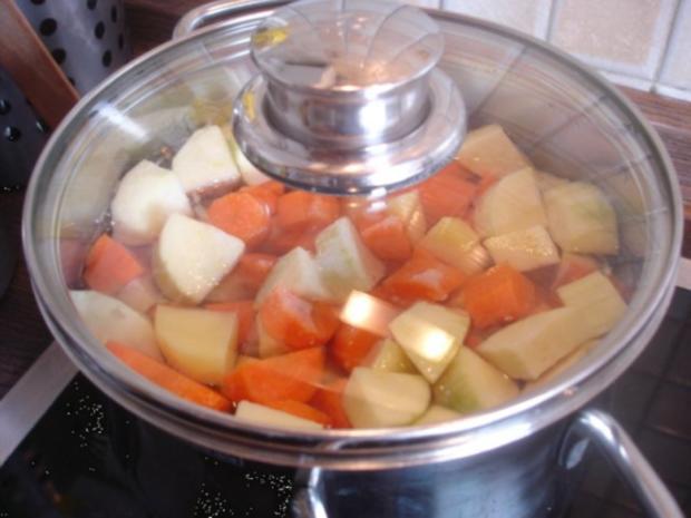 Hackfleischklopse mit Sauce, Möhren-Zucchini-Kartoffel-Stampf und Möhrenblütengemüse - Rezept - Bild Nr. 9