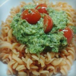 Kohlrabiblatt-Pesto auf Linsennudeln - Rezept