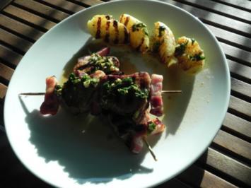 Spicy Schweinefiletspieße mit Bacon und Salat - Rezept