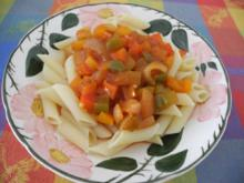 Vegan : Zwiebel - Curry - Paprika in Tomatensaft auf Pasta - Rezept