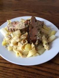 Schweinefilet in Kräutermantel auf Spargel-Bandnudeln - Rezept