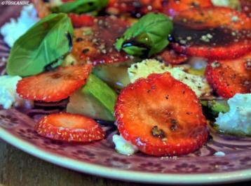 Avocado-Erdbeersalat mit Büffelmozzarella - Rezept