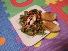 Gegrillte Ziegenkäsetaler auf Salat mit herbem Fruchtdressing - Rezept