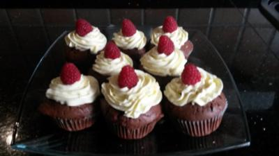 Schoko-Himbeer-Cupcakes mit leckerem Topping - Rezept