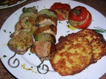 Schweinefilet am Spieß, an hausgemachten Rösti und gefüllten Kräutertomaten - Rezept