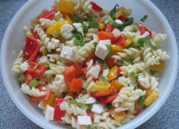 Salat: Paprika trifft Nudeln und Käse - Rezept